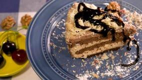 Chocolate de derramamento que cobre sobre o bolo caseiro filme