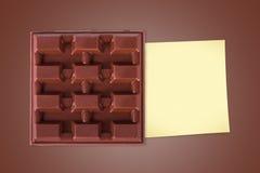 Chocolate de la barra con los posts pegajosos Foto de archivo