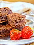 Chocolate de la empanada con las fresas en la bandeja Foto de archivo libre de regalías