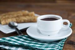 Chocolate de la estafa de Churros, un bocado dulce español típico Fotos de archivo