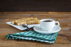 Chocolate de la estafa de Churros, un bocado dulce español típico Imagen de archivo libre de regalías