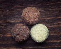 Chocolate de leite, chocolate branco e trufas de chocolate escuras Imagens de Stock