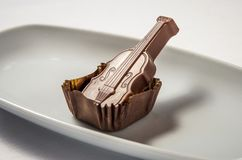 Chocolate de leite dos doces com violino do caramelo imagem de stock royalty free