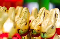 Chocolate de Lindt do coelhinho da Páscoa em prateleiras no supermercado fotos de stock royalty free
