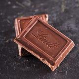 Chocolate de Lindt sobre piedra negra Foto de archivo