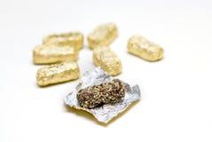 Chocolate de oro del huevo de oro de pascua Fotos de archivo