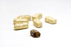 Chocolate de oro del huevo de oro de pascua Imagenes de archivo