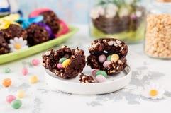 Chocolate de Pascua y huevo soplado del trigo con sorpresa Fotos de archivo libres de regalías
