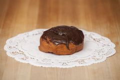 Chocolate delicioso filhós geada na tabela foto de stock royalty free