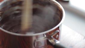 Chocolate derretido stirring da mulher video estoque