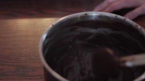 Chocolate derretido stirring da mulher filme