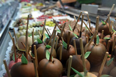 Chocolate-dipped apples on the market of Oktoberfest Royalty Free Stock Photos