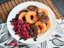 Chocolate do alimento das bagas do fruto dos produtos da padaria das framboesas dos anéis de espuma Imagens de Stock Royalty Free