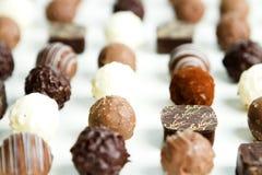 CHOCOLATE DO CONFEITO NA MONTANHA DO PÓ DE CACAU NO FUNDO BRANCO Imagens de Stock Royalty Free