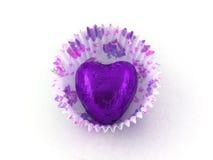 Chocolate do coração roxo na caixa de papel do bolo foto de stock