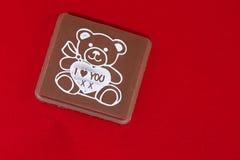 Chocolate do dia dos Valentim no fundo vermelho Imagem de Stock Royalty Free
