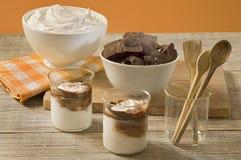 Chocolate e composição de creme chicoteada Fotografia de Stock Royalty Free