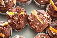 Chocolate e laranja do queque imagem de stock