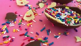 Chocolate e partes de mentira em um fundo brilhante, doces brilhantes do chocolate Chocolate branco e preto vídeos de arquivo