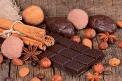 Chocolate e trufas escuros Fotos de Stock Royalty Free