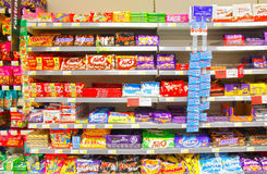 Chocolate en el marcado en caliente de los estantes Foto de archivo