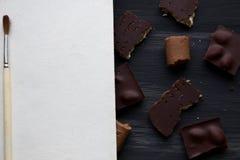 Chocolate en negro la tabla vieja Foto de archivo