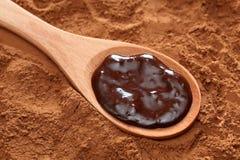 Chocolate en una cuchara de madera Fotografía de archivo libre de regalías