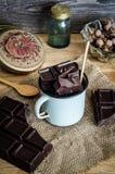 Chocolate en una taza en la tabla de madera Imagen de archivo libre de regalías