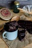 Chocolate en una taza en la tabla de madera Fotos de archivo