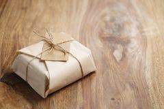 Chocolate envuelto con el papel como regalo Imagenes de archivo