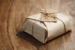 Chocolate envuelto con el papel como regalo Fotografía de archivo
