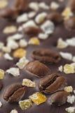 Chocolate escuro com grãos de café e frutos Preparado para o W Imagens de Stock