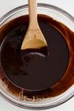 Chocolate escuro derretido na bacia fotos de stock