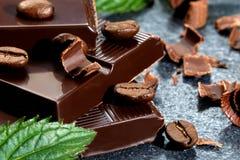 Chocolate escuro em uma tabela de pedra fotografia de stock