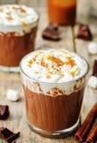 Chocolate escuro quente com chantiliy, canela e caram salgado imagem de stock