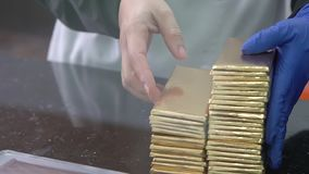 Chocolate-fazendo a fábrica Processo de empacotar o chocolate na fábrica vídeos de arquivo