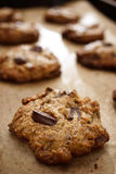 Chocolate Flourless Chip Cookies On Baking Sheet da manteiga de amendoim imagem de stock