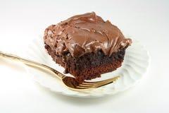 Chocolate Gooey brownie geada com forquilha dourada. Imagem de Stock