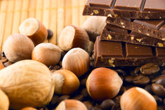 chocolate, grãos de café e porcas fotografia de stock