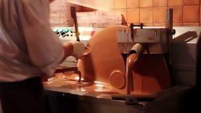 Chocolate grande que modera a máquina com chocolate de leite vídeos de arquivo
