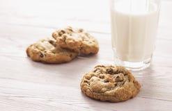 Chocolate hecho en casa Chip Cookies y leche - versión de la profundidad baja Foto de archivo libre de regalías