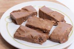 Chocolate hecho en casa de las abuelas en la placa blanca Fotos de archivo libres de regalías