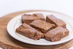 Chocolate hecho en casa de las abuelas en la placa blanca Fotos de archivo
