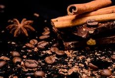 Chocolate^ kaffebönor och kryddor royaltyfria bilder