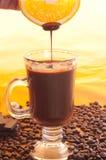 Chocolate líquido sabroso sobre el vidrio Fotografía de archivo