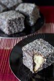 Chocolate Lamingtons - foco selectivo Vertica Foto de archivo