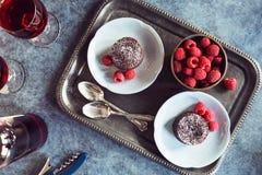 Chocolate Lava Cakes con las frambuesas y el vino imágenes de archivo libres de regalías