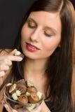 Chocolate - a mulher saudável nova do retrato come doces Foto de Stock