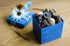 Chocolate na caixa azul imagens de stock