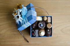 Chocolate na caixa azul fotos de stock